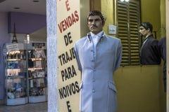 Магазины Bridal и свадьбы статей в традиционной улице Caetano Sao стоковые изображения