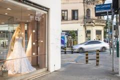 Магазины Bridal и свадьбы статей в традиционной улице Caetano Sao стоковое фото