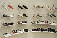 магазин ботинок полки Стоковая Фотография
