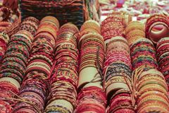 Магазин браслетов на улице стоковая фотография