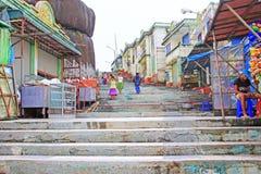 Магазин в пагоде Kyaiktiyo или золотом утесе, Мьянме Стоковое фото RF