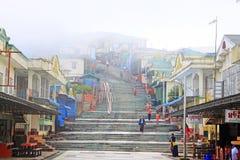 Магазин в пагоде Kyaiktiyo или золотом утесе, Мьянме Стоковые Фото