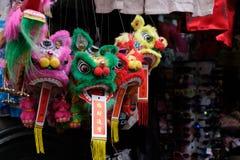 Магазин в Чайна-тауне в Манхэттене продает украшения Нового Года традиционного китайского стоковые изображения