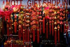 Магазин в Чайна-тауне в Манхэттене продает украшения Нового Года традиционного китайского стоковые фотографии rf