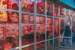 Магазин в Чайна-тауне продавая китайские украшения Нового Года, как китайский лунный Новый Год, год свиньи, причаливает стоковое фото rf