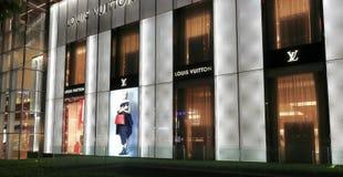 Магазин Гуанчжоу Louis Vuitton на ноче стоковая фотография