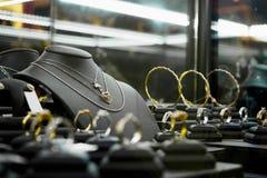 Магазин диаманта ювелирных изделий золота с кольцами и сердце формируют ожерелья Стоковое Изображение RF