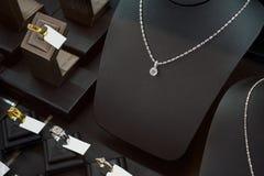 Магазин диаманта ювелирных изделий с кольцами и ожерельями Стоковая Фотография