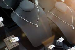 Магазин диаманта ювелирных изделий с кольцами и ожерельями Стоковая Фотография RF