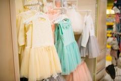 Магазин для новорожденных, витрина с платьями, никто стоковая фотография rf