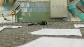 Магазин для продукции и продукции окон PVC, деятеля подготавливает рабочее место перед началом сток-видео
