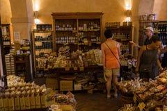 Магазин деликатеса в San Gimignano, Тоскане, Италии Стоковое фото RF