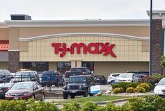 Магазин и логотип TJ Maxx Стоковые Фотографии RF