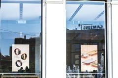 Магазин и Samsung Яблока в Барселоне стоковое фото rf