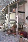 Магазин керамики в городке ЮНЕСКО Таллина, Эстонии стоковая фотография rf