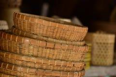 Магазин корзин Много вид корзины которое сделано бамбука wicker корзины handmade тайский Сплетенная бамбуковая текстура Стоковое Фото