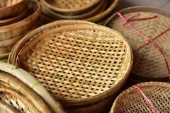 Магазин корзин Много вид корзины которое сделано бамбука wicker корзины handmade тайский Сплетенная бамбуковая текстура Стоковое Изображение
