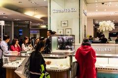 Магазин людей в Тиффани & Co раздел в Galeries Lafayet Стоковая Фотография RF