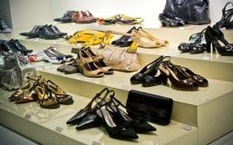 магазин много самомоднейшего ботинок полки стоковая фотография