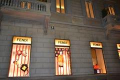 Магазин модной одежды Fendi для женщин украшенных на праздники рождества стоковое фото rf