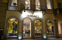 Магазин модной одежды Versace для женщин украшенных на праздники рождества стоковое изображение rf