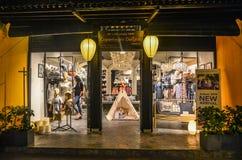 Магазин моды расположенный в Hoi, Вьетнаме стоковая фотография rf