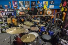 Магазин музыки барабанит гитарами Стоковые Фото