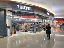 магазин 7 11 на авиапорте Гонконга Стоковое фото RF