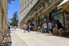 Магазин неузнаваемых людей близко дальше через Eugippo в Сан-Марино Стоковое Фото