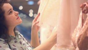 Магазин нижнего белья ` s женщин Женщина выбирает silk нижнее белье видеоматериал