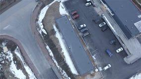 Магазин обочины воздушного фотографирования Летите вокруг автомобиля вокруг парковки сток-видео