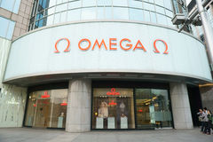 Магазин омеги в улице Wangfujing коммерчески Пекина стоковые фотографии rf