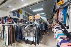 Магазин одежд покупки женщин из вторых рук Стоковые Изображения