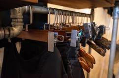 Магазин одежды в шкафе стоковое изображение