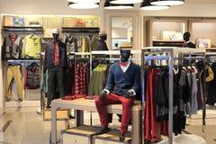 Магазин одежды людей в рынке tesco Стоковое фото RF