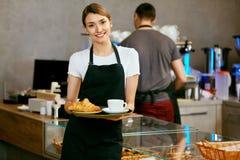 Магазин печенья Портрет молодой женщины в магазине хлебопекарни стоковое изображение rf