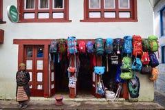 Магазин продавая красочные рюкзаки и другой пеший туризм связали оборудование шестерней вдоль базового лагеря Эвереста стоковое фото rf