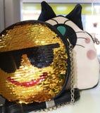 Магазин продавая сумки кладет круг в мешки smiley сияющий красивый стоковые изображения rf