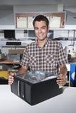 магазин ремонта предпринимателя компьютера счастливый стоковое изображение rf