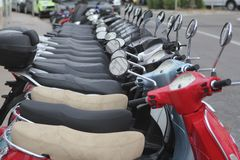 магазин самоката рядка ренты много mototbikes Стоковые Фотографии RF