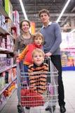 магазин семьи детей тележки Стоковое фото RF