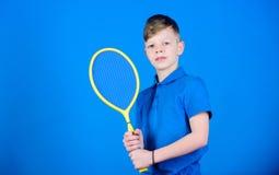 Магазин спорта мальчик немногая Диета фитнеса приносит здоровье и энергию Магазин игры спорта Разминка спортзала предназначенного стоковые изображения