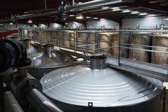 Магазин с обрабатывать цистерны в заводе вина стоковые фото