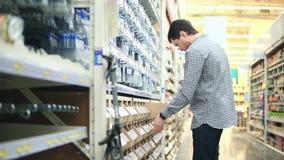 Магазин с отделом инструментов Полка с ногтями и крепежными деталями сток-видео