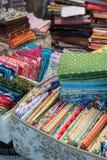 магазин ткани с стогами красочных тканей стоковые изображения rf