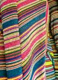 Магазин ткани, традиционный магазин ткани с стогами красочных тканей, рулонов ткани на рынке глохнет - текстильная промышленность Стоковые Изображения RF