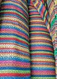 Магазин ткани, традиционный магазин ткани с стогами красочных тканей, рулонов ткани на рынке глохнет - текстильная промышленность Стоковое фото RF