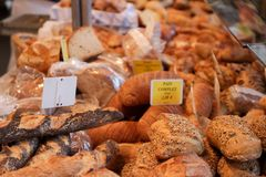 Магазин хлеба в уличном рынке стоковые фотографии rf