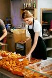 магазин хлебопекарни Счастливая женщина продавая печенье стоковые изображения rf