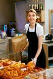 магазин хлебопекарни Счастливая женщина продавая печенье стоковое изображение rf